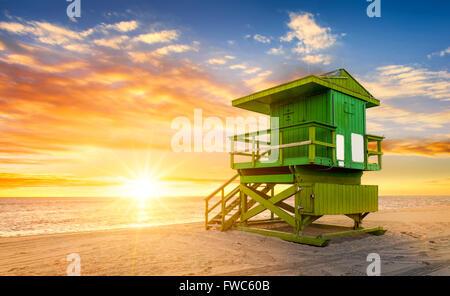 Miami South Beach Sunrise mit Rettungsschwimmer-Turm und die Küste mit bunten Wolken und blauer Himmel. - Stockfoto