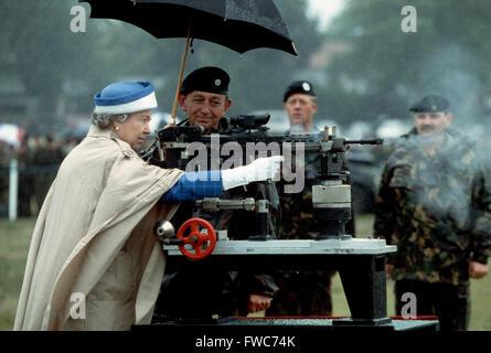HM Königin Elizabeth II feuert eine Gewehr während eines Besuchs in der Armee Rifle Association an Bisley, England Juli 1993
