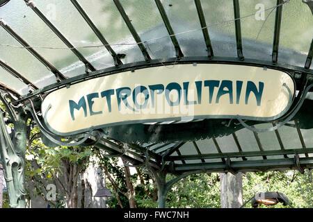 Eine erhaltene überdachte Jugendstil u-Bahn Eingang von Hector Guimard entworfen, Place des Abbesses, Montmartre, - Stockfoto