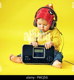 Glücklich kleiner Junge mit Kopfhörern - Stockfoto