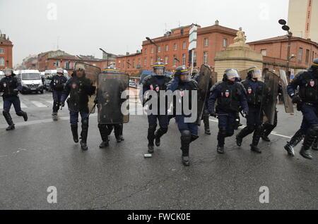 Französisch riot Polizei in Aktion in Toulouse, Südwesten von Frankreich, während einer Demonstration gegen ein - Stockfoto