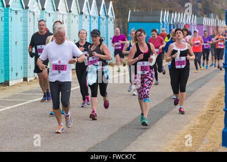 Bournemouth, UK, 3. April 2016. Läufer, die sich an die 10 km Laufen, Teil der Bournemouth Bay entlang von Bournemouth - Stockfoto