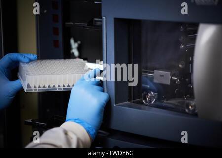Well-Platte geladen Maschine Analyse Biologie Analyser Blut Behandlung Flüssigkeiten testen testen - Stockfoto