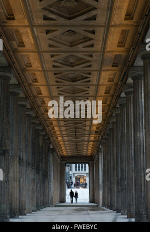 Kolonnade der Nationalgalerie, Alte Nationalgalerie, Kunst-Museum auf der Museumsinsel in Berlin Deutschland - Stockfoto