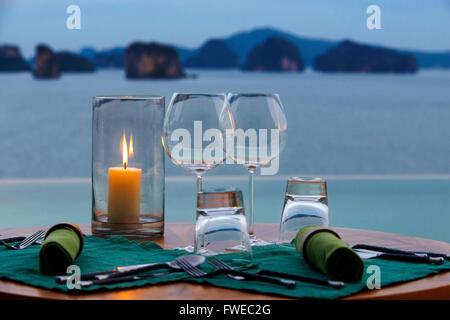Six Senses Resort, Koh Yao Noi, Bucht von Phang Nga, Thailand, Asien. Romantischer Tisch im Restaurant neben dem - Stockfoto