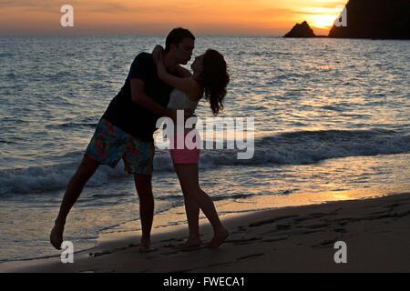 Paar liebenden küssen bei Sonnenuntergang am Strand. Kantiang Bay. Koh Lanta. Thailand. Asien. Kantiang Bucht ist - Stockfoto