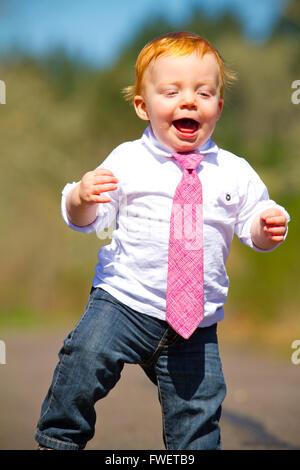 Ein einjähriger Junge dabei einige der seine ersten Schritte im Freien auf einem Pfad mit selektiven Fokus während - Stockfoto