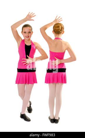 Zwei Preteen Mädchen in rosa Kostüm posiert in Jazz Dance Style Duett - Stockfoto