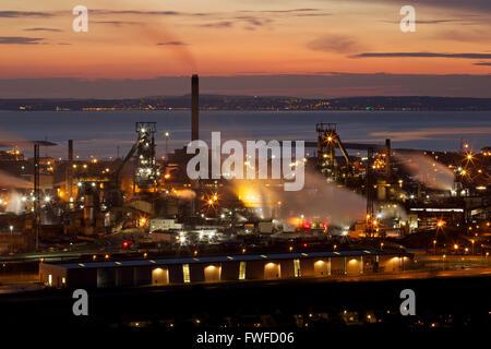 Tata Steel funktioniert, Port Talbot, South Wales, UK. 4. April 2016. Sonne Verbundpflaster über Tata Steel funktioniert, Port Talbot, South Wales, an einem Tag, den der walisischen Regierung wieder einberufen wurde, um die Krise zu diskutieren. Mehr als 4000 Arbeitsplätze sind bedroht, nach Tata Steel es ist letzte Woche angekündigt, um Stahl Baustellen in ganz Großbritannien zu verkaufen. Bildnachweis: Haydn Denman/Alamy Live-Nachrichten Stockfoto