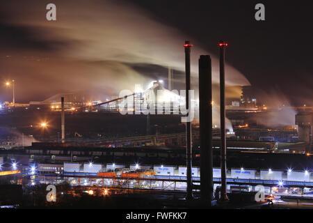 Tata Steel funktioniert, Port Talbot, South Wales, UK. 4. April 2016. Nachtszene im Stahlwerk Port Talbot, South Wales.  Mehr als 4000 Arbeitsplätze sind bedroht, nach Tata Steel es ist letzte Woche angekündigt, um Stahl Baustellen in ganz Großbritannien zu verkaufen. Bildnachweis: Haydn Denman/Alamy Live-Nachrichten