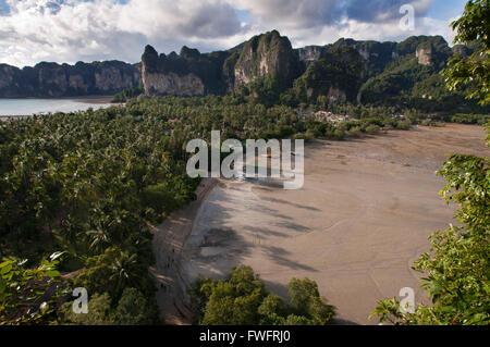 Blick von Railay in der Nähe von Krabi in Thailand vom Aussichtspunkt. Railay, auch bekannt als Rai Leh ist eine - Stockfoto