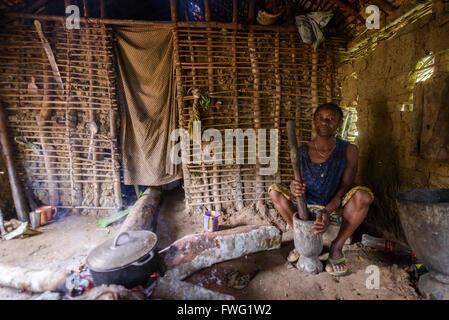 Frau, die Zubereitung von Speisen, demokratische Republik Kongo - Stockfoto