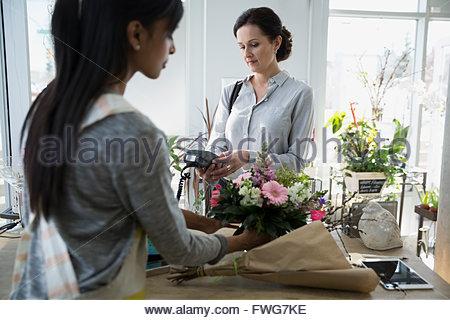 frau an der kasse bezahlen kreditkarte einkaufen stockfoto bild 58446214 alamy. Black Bedroom Furniture Sets. Home Design Ideas
