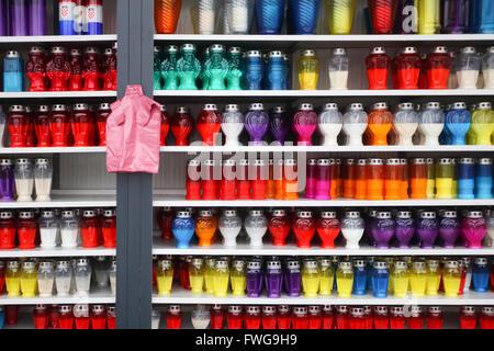 Lampions in verschiedenen Formen und Größen für den Verkauf in den Zeilen auf Regalen angeordnet. - Stockfoto