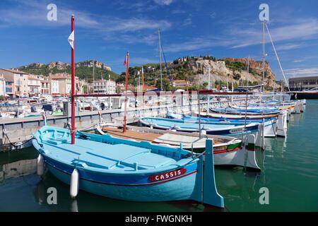 Angelboote/Fischerboote am Hafen, Schloss im Hintergrund, Cassis, Provence, Provence-Alpes-Cote d ' Azur, Frankreich, - Stockfoto