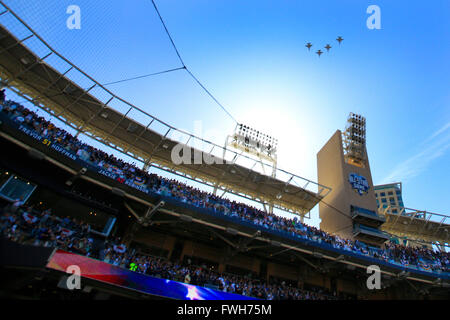 San Diego, CA, USA. 4. April 2016. SAN DIEGO, CA, USA--4. APRIL 2016:. |. PADRES vs. DODGERS. Das Überfliegen für - Stockfoto