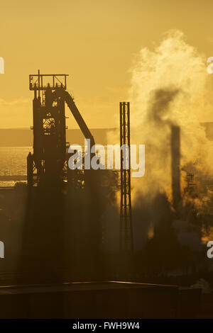 Tata Steel funktioniert, Port Talbot, South Wales, UK. 5. April 2016.  Sonne Verbundpflaster über Tata Steel funktioniert, Port Talbot, an einem Tag, den Regierung des Vereinigten Königreichs hoffnungsvollen ist, die ein Käufer für die bedrohten Stahlwerk zu finden. Mehr als 4000 Arbeitsplätze sind bedroht, nach Tata Steel es ist letzte Woche angekündigt, um Stahl Baustellen in ganz Großbritannien zu verkaufen. Bildnachweis: Haydn Denman/Alamy Live-Nachrichten Stockfoto
