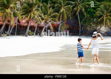 Rückansicht von Mutter und Sohn am Strand - Stockfoto