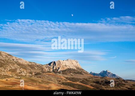 Malerische Aussicht auf die Berge gegen blauen Himmel - Stockfoto