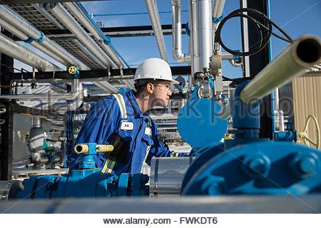 Männliche Arbeiter Prüfung Ausrüstung bei Gasanlage - Stockfoto