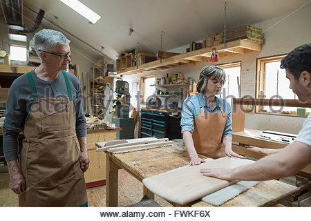 Tischler Prüfung Holzstücke in Werkstatt - Stockfoto