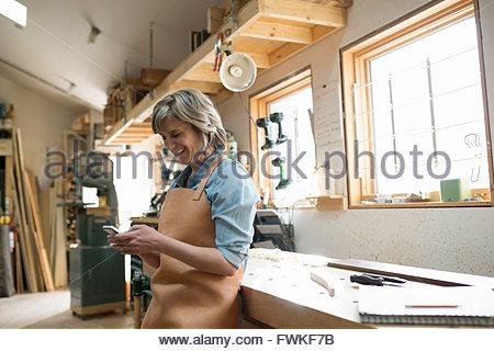 gl cklich mitte adult arbeitnehmerin blick auf getrocknete papier auf schimmel in fabrik. Black Bedroom Furniture Sets. Home Design Ideas