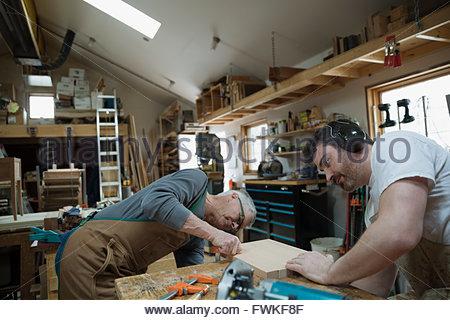 Tischler Prüfung Holzplatte in Werkstatt - Stockfoto