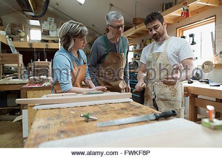 Tischler Holz Stück im Workshop diskutieren - Stockfoto
