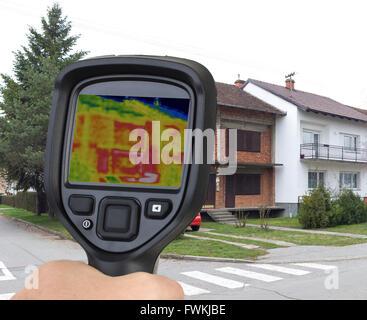 Rohen Doppelhaushälfte Ziegel Haus Wärmebildkameras - Stockfoto