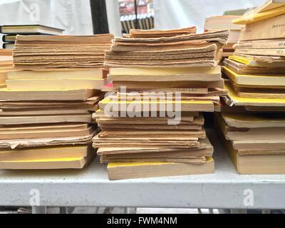 Stapel Bücher auf Tisch Stockfoto