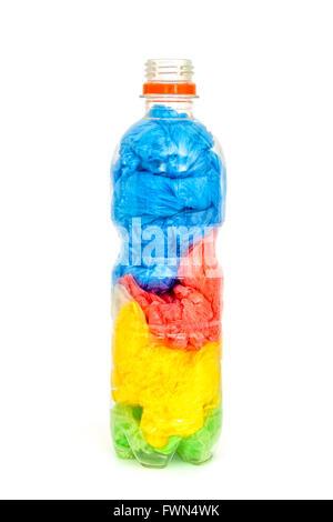 Kunststoff Flasche Wasser voller Plastiktüten isoliert auf weißem Hintergrund. Konzept-Bild für die Verschmutzung - Stockfoto