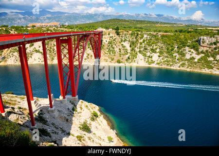 Maslenica Brücke. Speed-Boot Kreuzfahrt unter der Brücke - Stockfoto
