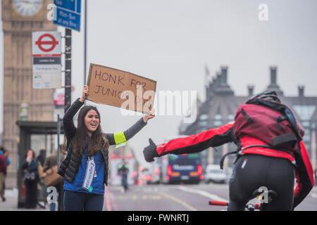 London, UK. 6. April 2016. Dr. Anjani Knobel bekommt Unterstützung von Durchgangsverkehr - die Streikposten am St - Stockfoto