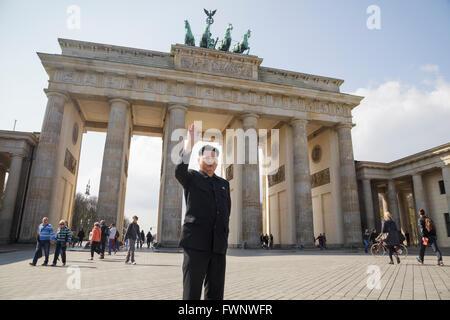 Berlin, Deutschland. 6. April 2016. Kim Jong Un-Imitator, Howard X aus Hong Kong, besuchte Berlin, bereisen die - Stockfoto