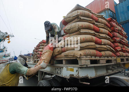 Jakarta, Indonesien. 30. März 2016. Arbeiter organisieren Säcke Zement, die auf Sumatra Insel im Sunda Kelapa Hafen - Stockfoto