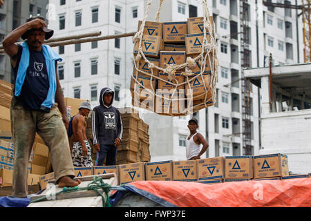 Jakarta, Indonesien. 30. März 2016. Arbeiter laden Schachtel mit Weizenmehl auf ein Schiff für den Transport auf - Stockfoto