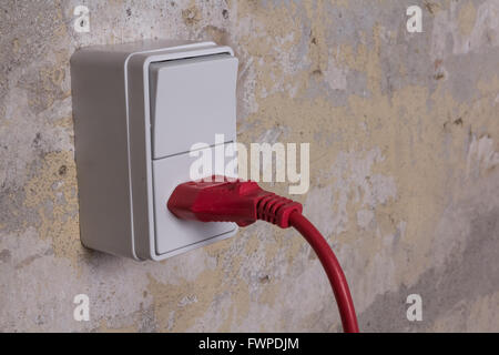 Rot-Akkord und Plug-in eine weiße Steckdose fest mit einem gelben ...