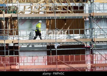 """Eine Crew von vertraglich vereinbarten Bau Bauarbeiter (Schreiner und Tischler) die Arbeit an der """"zuerst beheben"""" - Stockfoto"""
