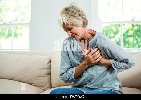 Ältere Frau leidet Schmerzen in der Brust - Stockfoto