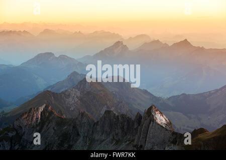 Abend Stimmung zur blauen Stunde auf dem Säntis mit Blick auf die Alpen der Ostschweiz, Alpenmassiv, Kanton St. - Stockfoto