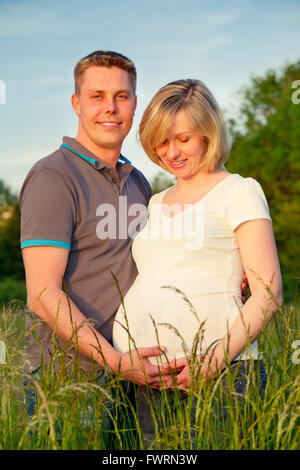 Schwangere paar im park - Stockfoto