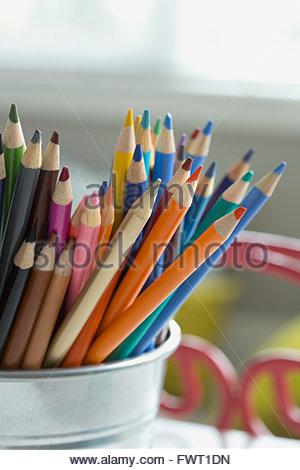 Nahaufnahme der Buntstifte im Schreibtisch organizer - Stockfoto