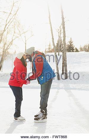 Profil-Schuss des romantischen Paares küssen im Schnee - Stockfoto