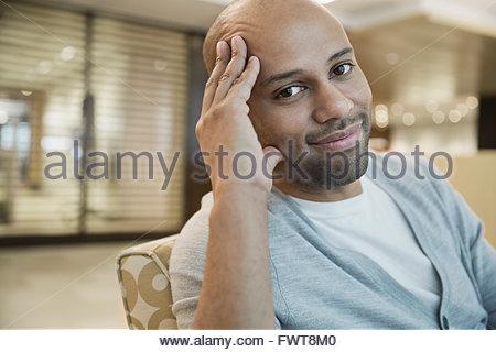 Geschäftsmann, sitzen auf dem Sofa im Büro - Stockfoto