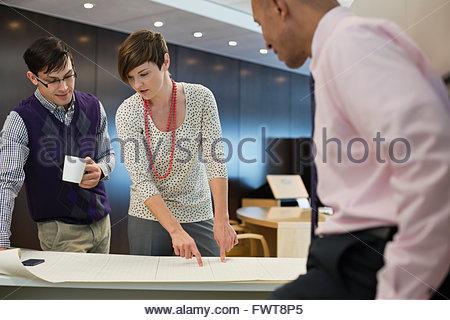 Geschäftsleute, die Arbeiten am Laptop in Coffee-shop - Stockfoto