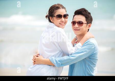 Glückliche junge Erwachsene Paare in der Liebe im Freien am Strand - Stockfoto