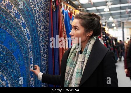 Junge Frau einkaufen In der Markthalle