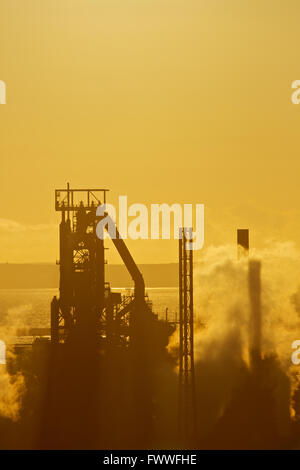 Tata Steel funktioniert, Port Talbot, South Wales, UK. Sonne Verbundpflaster über Tata Steel funktioniert, Port Talbot. Stockfoto