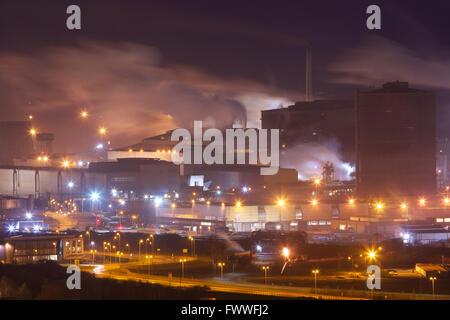 Tata Steel funktioniert, Port Talbot, South Wales, UK. Nachtszene im Stahlwerk Port Talbot, South Wales UK.