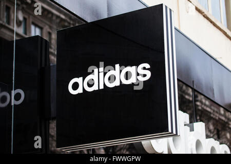 LONDON, UK - 7. April 2016: Ein Zeichen für einen Adidas-Store auf der Oxford Street in London, am 7. April 2016. - Stockfoto